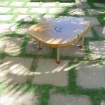 Mesa de centro com pés de aço inox.- Diâmetro : 90 cm | Altura: 45 cm | Material: Madeira, aço inox