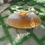 Mesa de centro com pés de aço Corten e aço inox.- Diâmetro : 100 cm | Altura: 45 cm | Material: Madeira, aço corten e inox