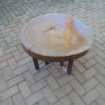 Mesa de centro com pés de aço Corten e aço inox.- Diâmetro : 65 cm | Altura: 45 cm | Material: Madeira, aço corten e inox